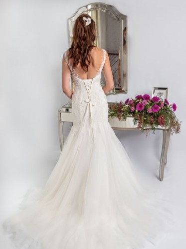 Fitted fishtail wedding dress